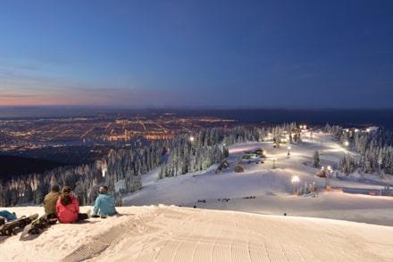A Grouse Mountain, vous pouvez skier au Canada avec vue sur Vancouver au loin.